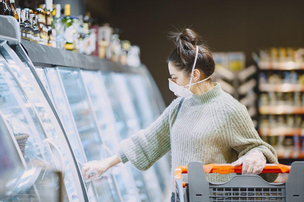 woman in a respirator in a supermarket 6HNBURZ